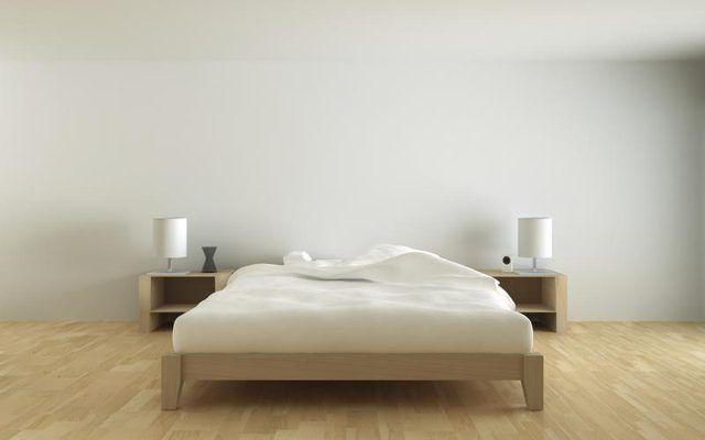 Um canto aberto de um edredom em uma cama estilo minimalista.
