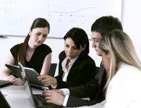 colegas de trabalho Negócios Finanças olhando para empresa`s budget