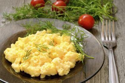 Prato de ovos mexidos.