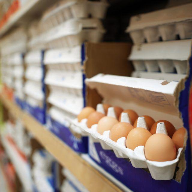Ovos em exposição no supermercado.