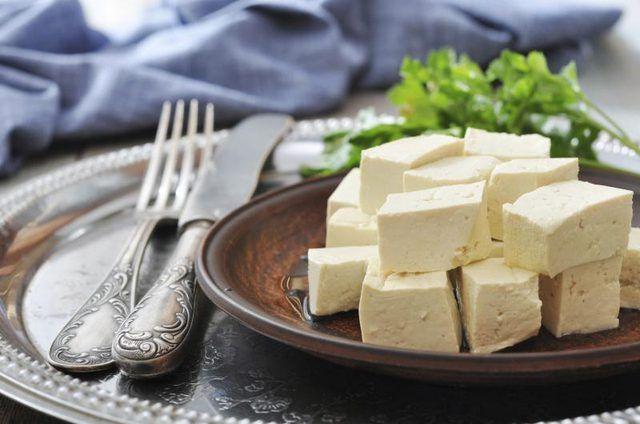Placa pequena do tofu em cubos.