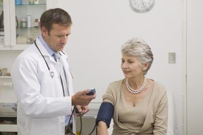 Um médico vascular especializado no diagnóstico, gestão e tratamento de doenças das artérias e veias.