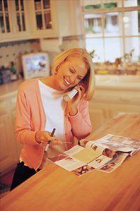 O cliente escolhe produtos do catálogo e os telefones em uma ordem.