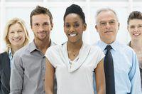 Um grupo de funcionários de empresas sorriso