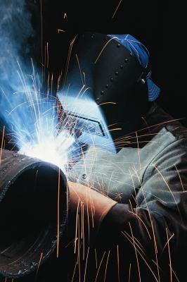 Um soldador no trabalho