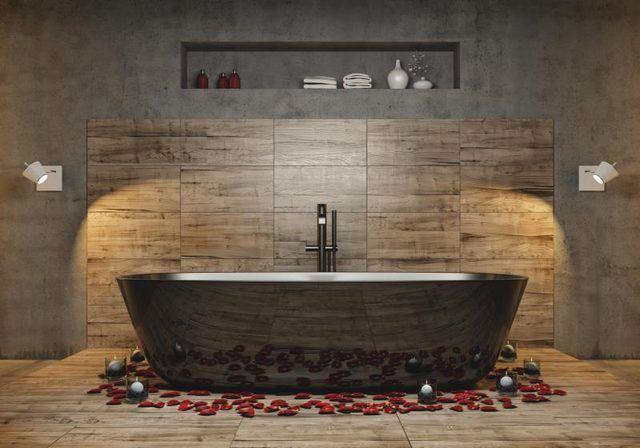Banheiro com azulejos feitos para olhar como a madeira