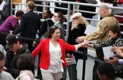 Um funcionário alvo cumprimenta os candidatos a emprego em uma recente feira de empregos para a empresa.