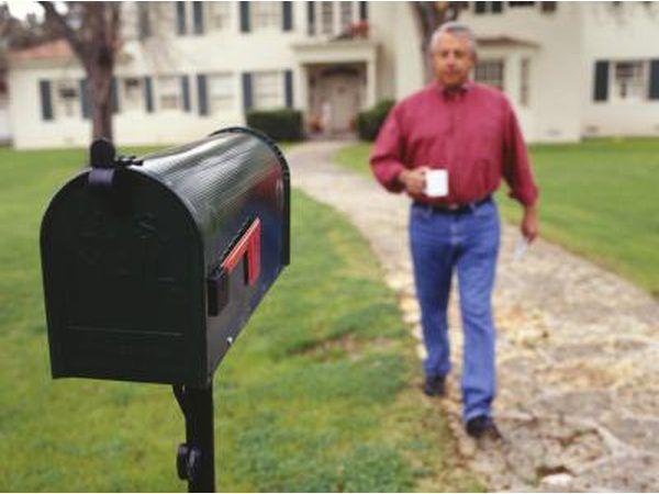 Alguns ladrões roubar cheques de caixas de correio e de uso de produtos químicos para apagar a quantidade de beneficiário e dólar originais.