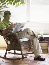 Sandals estão bem adaptados ao olhar iluminado e arejado de calças de linho.