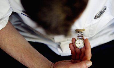 Doutor com relógio de bolso em Londres, Inglaterra
