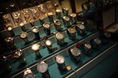 Fileiras de relógios de ouro